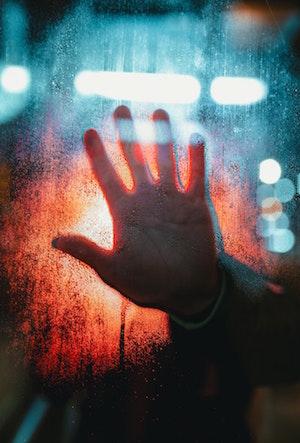 mano dietro il vetro